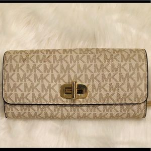 MICHAEL Kors Carryall Wallet - Signature Vanilla